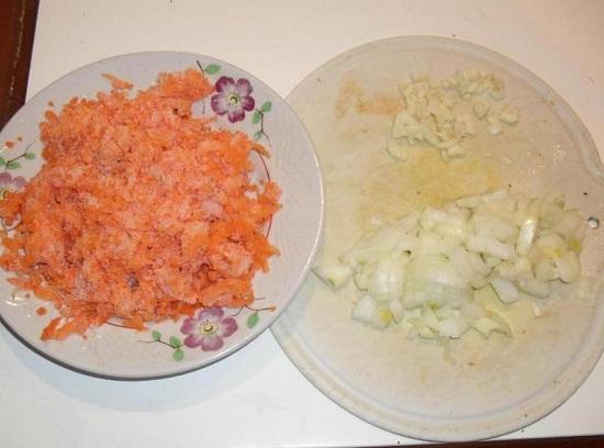Очищенную морковь натрем на средней терке