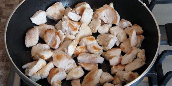 Обжарьте курятину на сковороде, смазанной маслом