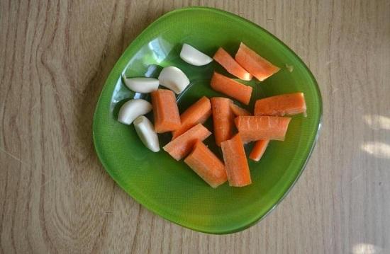 Корнеплод моркови очищаем от кожицы