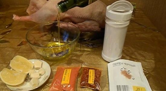 В отдельную миску наливаем рафинированное масло
