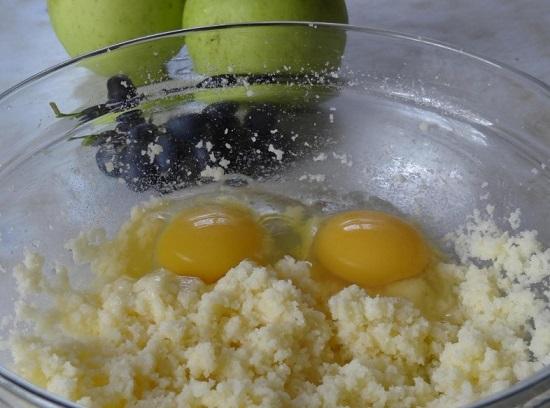 В получившуюся массу добавляем куриные яйца