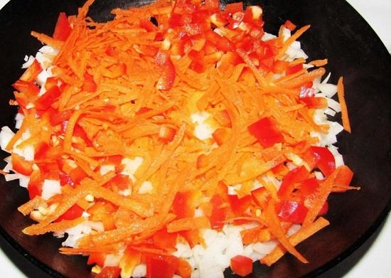 Добавляем овощи и пассеруем их до полуготовности