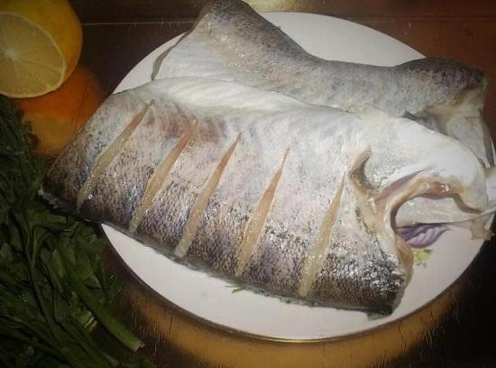 На тушке рыбки нужно сделать надрезы