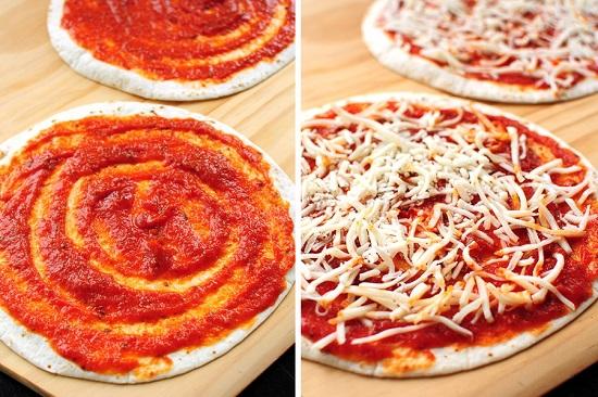 Разложите сырную массу поверх томатно-майонезного соуса