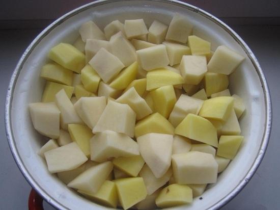 очищаем корнеплоды картофеля, промываем и нарезаем