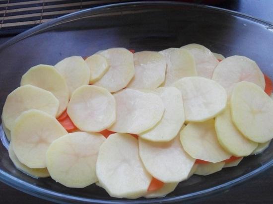 сверху накрываем морковь картофелем
