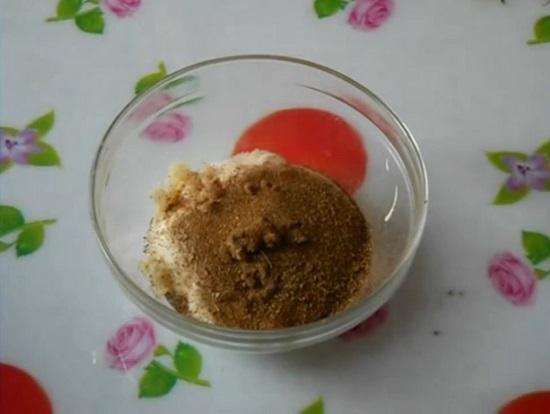 В сметану добавляем соль мелкого помола