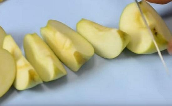 Нарежем яблоки крупного размера дольками