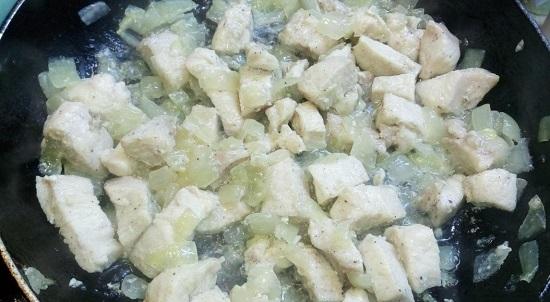 обжариваем куриную грудинку с луком до готовности