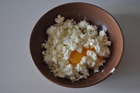 Добавляем к творогу щепотку мелкозернистой соли