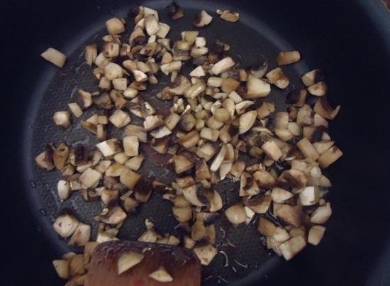На растительном масле обжариваем грибы