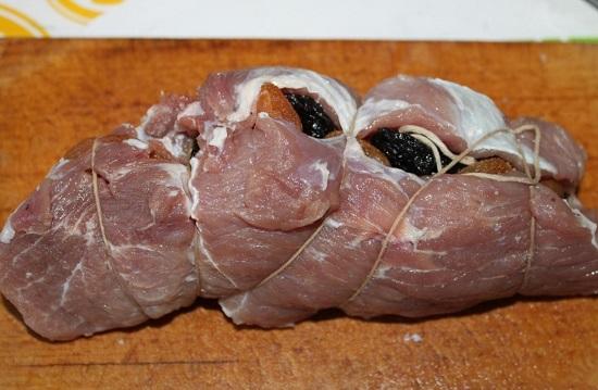 Сворачиваем мясо в рулет и фиксируем его