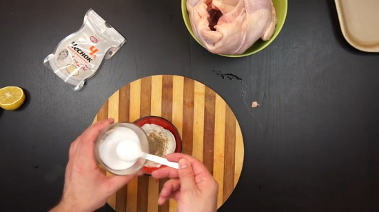 Добавляем смесь молотых перцев и соль