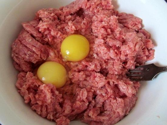 К мясному фаршу добавляем сырые куриные яйца