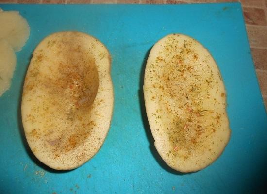 Каждую половинку картофеля натираем солью