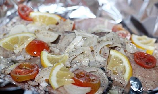 Выложите на фольгу рыбу с овощами