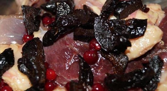 нарезаем ломтиками и добавляем к гусиному мясу
