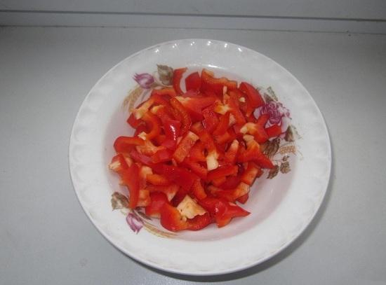Очищаем сладкий болгарский перец и шинкуем