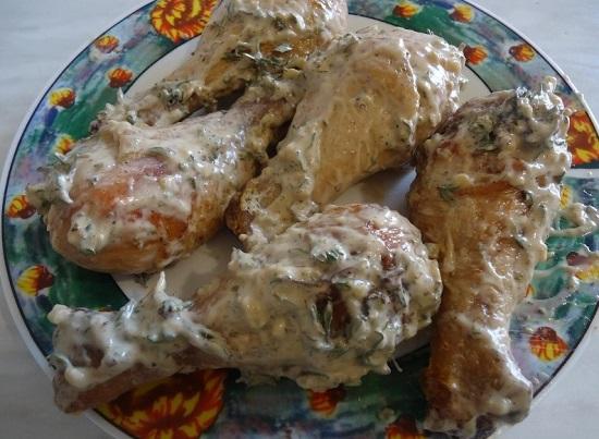 Куриные голени смазываем приготовленным маринадом
