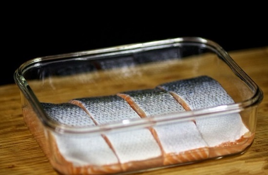Выкладываем лосося в форму