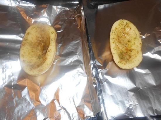 выкладываем по одной половинке картофеля