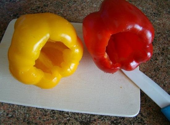 аккуратно убираем из перцев плодоножку и вычищаем сердцевину