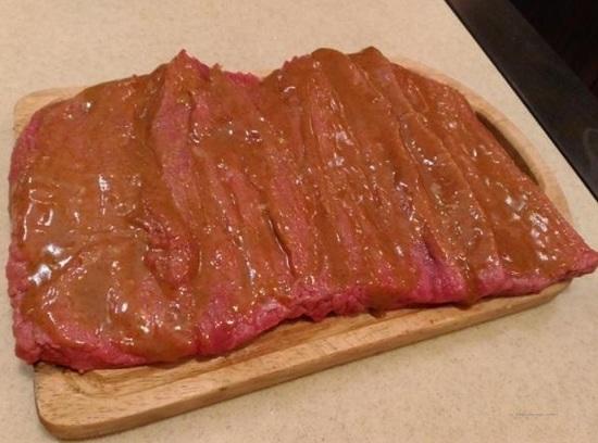 смазываем приготовленным маринадом говяжью вырезку