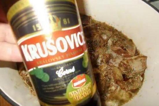 Затем вливаем пиво темных сортов