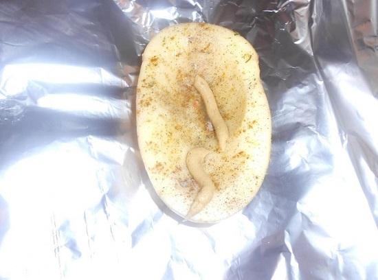 Смазываем картофелину сверху горчицей
