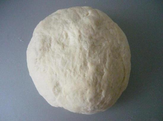 добавлять просеянную муку и вымешивать тесто вручную
