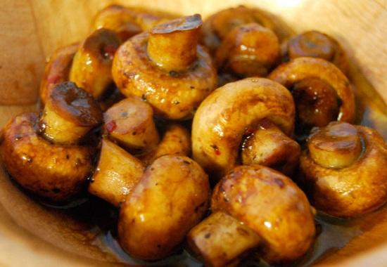 Положите грибы в масляно-соевую смесь