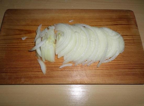 Очищенную луковицу нарезаем тоненькими полукольцами