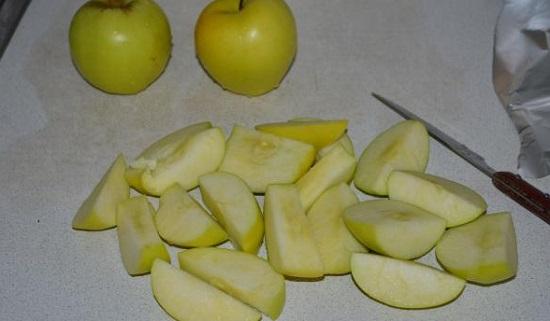 Яблоки нарежьте крупно