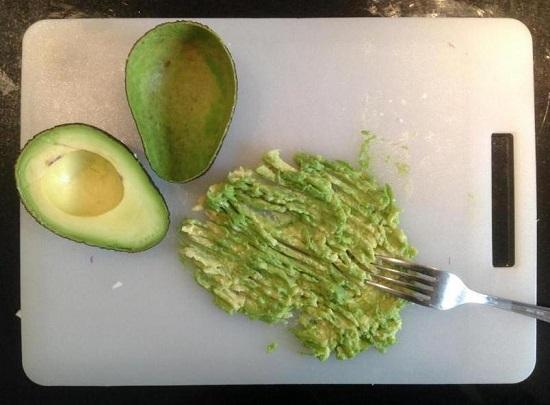 из авокадо вычищаем мякоть