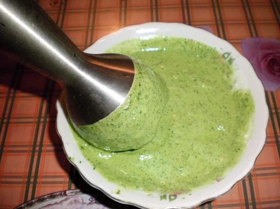 соединяем сметанный соус с измельченным шпинатом