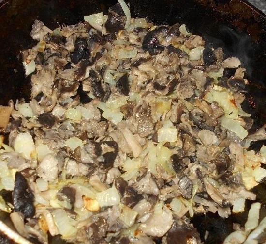 пассеруем в течение 3-4 минут лук