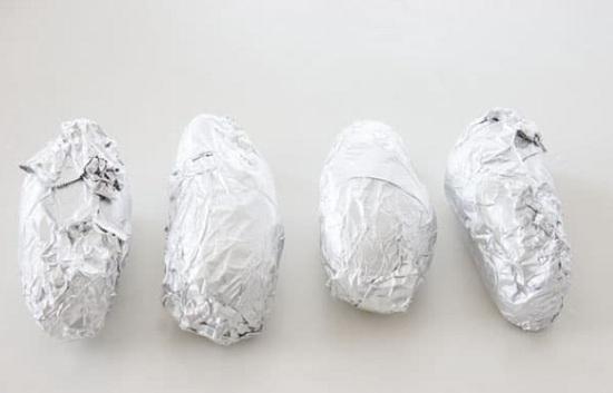 Оборачиваем каждую картофелину фольгой