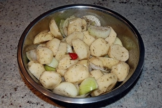 Разрежем овощи на четыре части