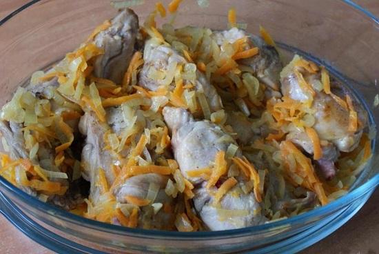 обжаренные овощи в жаропрочную посуду с мясом кролика