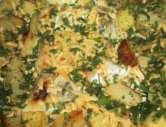 сверху посыпать тертым сыром и зеленью