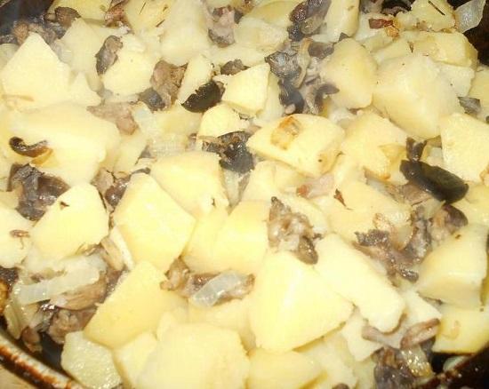 Обжаренные грибочки соединяем с отварным картофелем