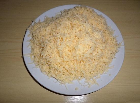 Российский сыр натрем на меленькой терке