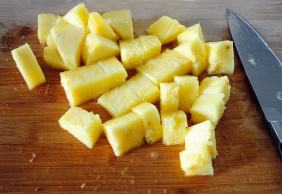 Консервированные ананасы достаньте из банки