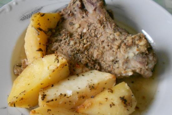 Свиные антрекоты в духовке с картошкой под огуречным маринадом