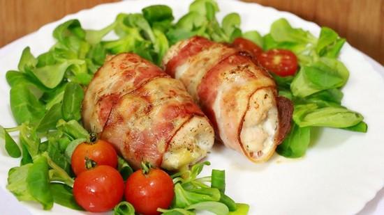 мясные рулетики из свинины с беконом и грибной начинкой