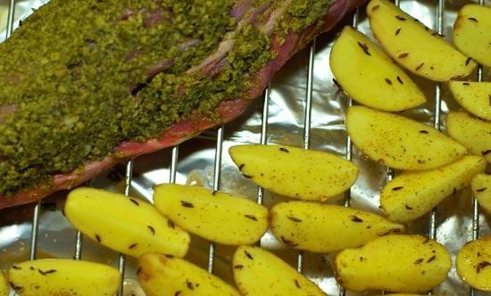 Раскладываем корнеплоды вокруг мяса