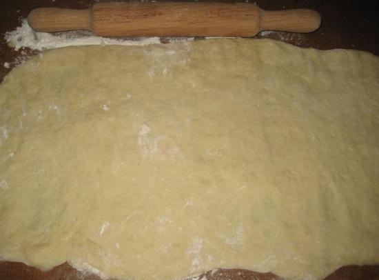 Посыпаем стол мукой и выкладываем тесто
