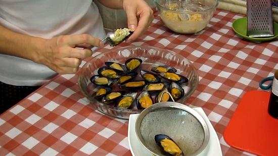 Перекладываем подготовленные морепродукты