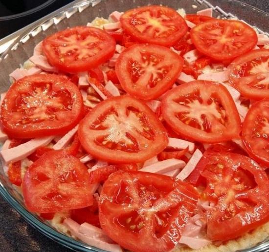 Распределяем томатные дольки поверх