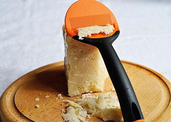 Нарежем тоненькой стружкой сыр
